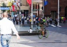 工作的早晨步行在城市 免版税库存图片
