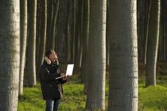工作的植物学家户外 免版税库存图片