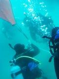 工作的潜水者在水面下 免版税库存照片