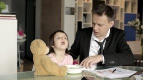 工作的父亲喂养小女儿 股票视频