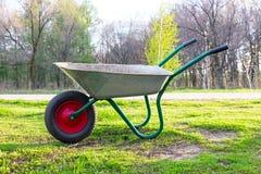 工作的独轮车在庭院里 免版税库存照片