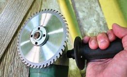 工作的电研磨机在木头 与牙的圆盘使容易切开木头 库存照片