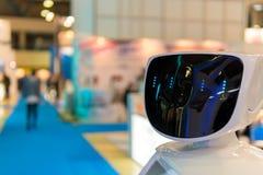 工作的电视节目预告机器人在陈列 机器人指南 在广告、促进和介绍的现代技术 库存照片