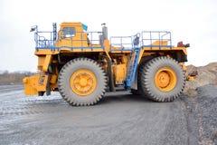 工作的耐用卡车拖拉机在事业 免版税库存照片