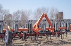 工作的耕地机在领域 免版税图库摄影