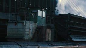 工作的过程在焦炭的生产 股票视频