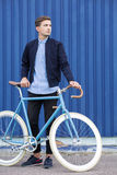 工作的通勤在自行车旁边 免版税库存图片