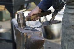 工作的铁匠户外 免版税库存照片