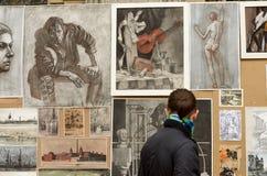 工作的陈列在年轻作者旁边 免版税图库摄影