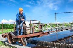 工作的水处理厂服务人员  免版税库存图片