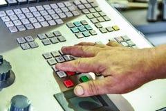 工作程序的控制板在精确度CNC机械中心,处理的控制板的manufac 免版税库存图片