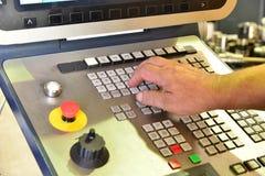 工作程序的控制板在精确度CNC机械中心,处理的控制板的manufac 库存照片