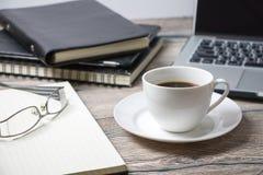 工作空间用咖啡IT和供应 免版税库存照片