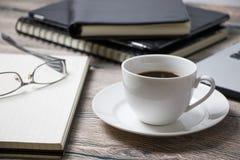 工作空间用咖啡IT和供应 库存照片