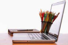 工作空间,膝上型计算机,在木书桌上的笔记薄 库存照片