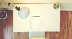 工作站书桌在一间大屋子 免版税库存照片