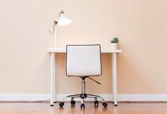 工作站书桌在一间大屋子 免版税库存图片