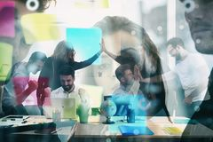 工作组商人为达到目标狂喜 配合和企业合作的概念 ? 免版税库存照片