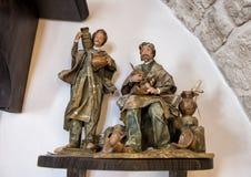 工作老切削的雕塑的人生产橄榄油在Masseria Il Frantoio,南意大利 库存图片