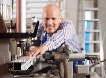工作者与在机器的PVC一起使用在产业植物 库存图片