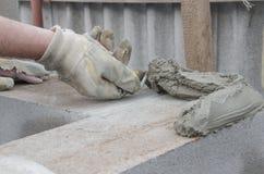 工作者与小铲,位置砖cinderblocks排列 免版税图库摄影