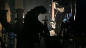 工作者与研磨机的剪切金属 股票录像