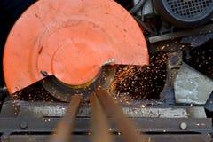 工作者与研磨机的剪切金属 免版税库存照片
