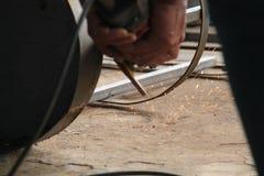 工作者与研磨机的锯切金属,焊接钢,版本10的工作者 库存图片