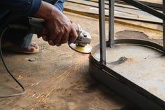 工作者与研磨机的锯切金属,焊接钢,版本13的工作者 免版税库存照片