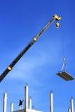 工作者与起重机一起使用 免版税库存照片
