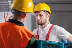 工作者与经理协商在工厂 免版税库存图片
