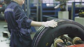 工作者中止设备标记轮胎送出传动机 股票视频
