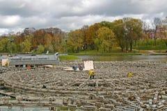 工作者为冬天导致喷泉的保存在Tsaritsyno公园在莫斯科 库存照片