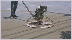 工作者为水泥使用具体抛光机在倾吐预拌混凝土以后 影视素材