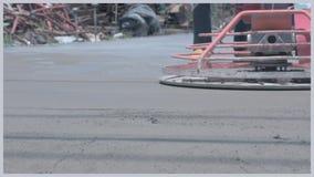 工作者为水泥使用具体抛光机在倾吐预拌混凝土以后 股票视频