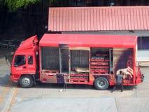 工作者举被烙记送货卡车的可口可乐的侧面板 库存图片