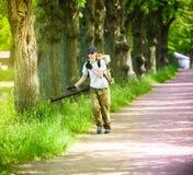工作者人处理一个公园反对秋螨和寄生生物 免版税图库摄影