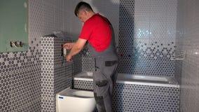 工作者从管子的凹道水洗手间冲洗的机制 股票录像