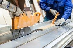 工作者使用看见机器做家具在木匠worksho 免版税库存照片