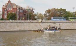 工作者修理在江边的工作 库存照片