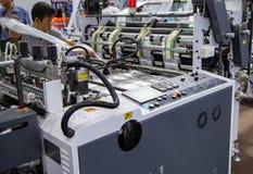 工作者修理塑料袋挤压机机器 免版税库存照片