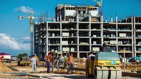 工作者修造路以大厦为背景建设中 影视素材