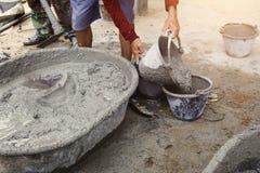 工作者倾吐的水泥混合混凝土 库存照片
