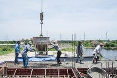 工作者倾吐的混凝土在建造场所运作 库存照片