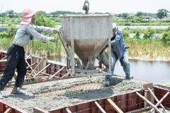 工作者倾吐的混凝土在建造场所运作 库存图片