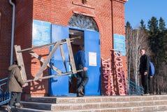 工作者做教会对复活节 Zavodoukovsk 免版税库存图片