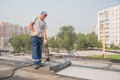 工作者做防水缝在桥梁 免版税库存照片