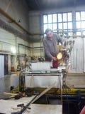 工作者做Murano玻璃 免版税库存照片