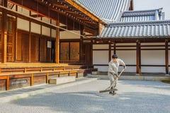 工作者准备假山花园在Kinkakuji寺庙 免版税图库摄影