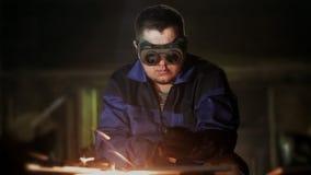工作者切开与气体的金属 股票录像